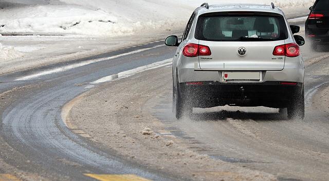 Előkészületek a téli vezetésre – hogyan vezess hóban és jégben